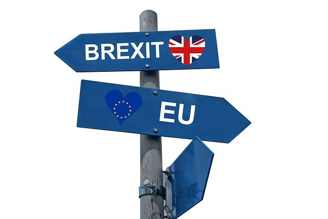 Panneau multi flèches symbolisant le Brexit